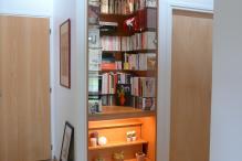 bibliothèque sur-mesure avec estrade et éclairage