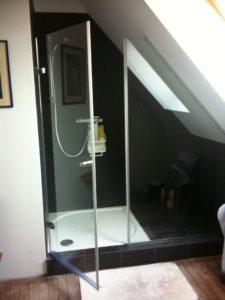 paroi de douche sur-mesure et sous-pente