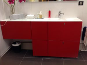 meuble sous vasque sur-mesure laqué rouge